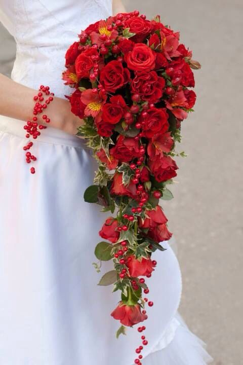 Bouquet a cascata con fiori e perline rossi